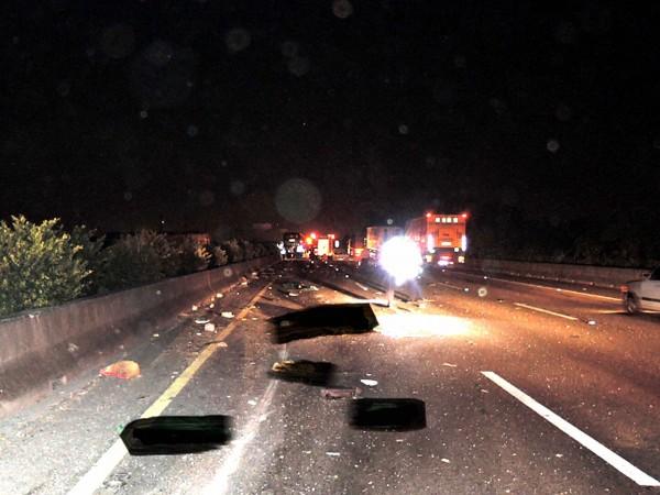 國道中山高車禍事故,6名死者被拋出車外慘死。(記者黃佳琳翻攝)