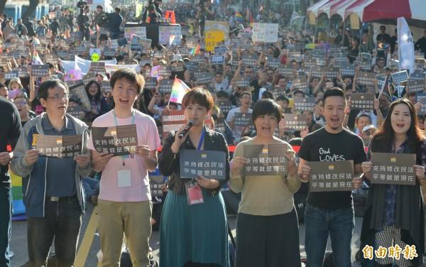 挺婚姻平權修法的團體26日舉辦「爭取婚姻平權,用愛守護立院」活動,許多挺同民眾參與。(記者張嘉明攝)