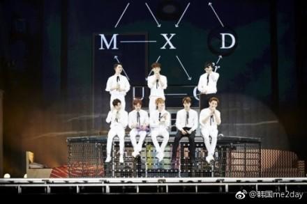 EXO馬來西亞熱鬧開唱,歌迷嗨到最高點。(圖擷取自微博)