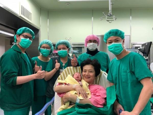 62歲吳女士自然產下健康男嬰,引發各界關注。(蕭勝文提供)