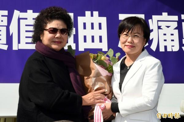 陳菊今中午探訪甫退出高雄市長黨內初選的劉世芳。(記者張忠義攝)
