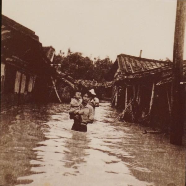 李文攸的父親李東璧在民國48年「八七水災」,拍下水淹家鄉的照片,登上國際媒體版面。(記者曾迺強翻攝)