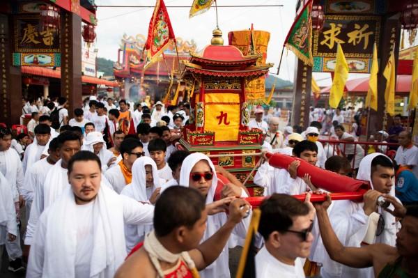 泰國目前正在進行為期10天10夜的「九皇齋節」,這段期間許多民眾會穿白衣吃素、街上有大遊行。(法新社)