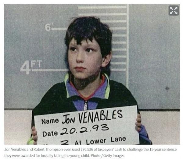 威納伯斯(Jon Venables)因出獄後可隱匿原名生活,引起受害家屬不滿(圖擷取自The Sun報導專頁)
