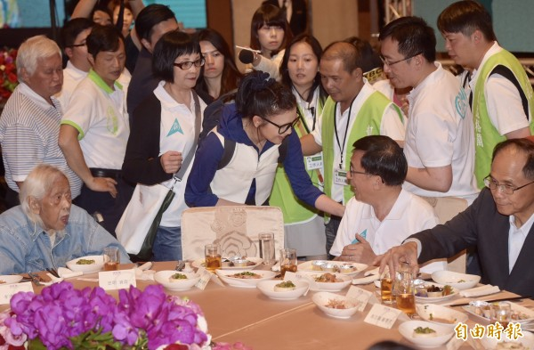 統促黨發言人璩美鳳與阿扁短暫交談後,被陳致中與工作人員擋住並請出現場。(記者黃耀徵攝)