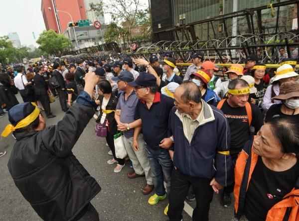 反年金改革的退休軍公教人員昨日在立院前發起抗議活動,抗爭的動機以及一連串的失序行為,讓網友們將這次抗議行為封為「要錢花運動」。(資料照,記者方賓照攝)