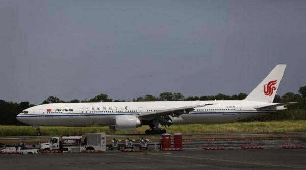 國航機師疑似在機上抽菸誤觸按鈕,導致機艙失壓,中國國際航空客機示意圖。(歐新社)