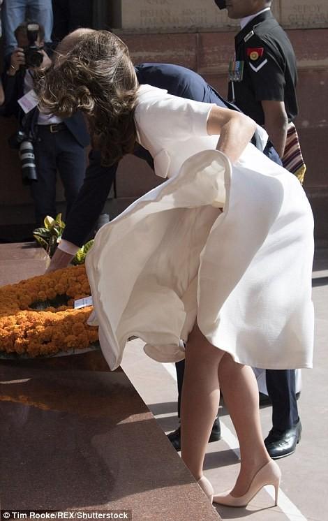 身穿白色洋裝的凱特在莊嚴的致敬時刻,上演已故女星瑪麗蓮夢露的經典姿勢。(圖取自《每日郵報》)