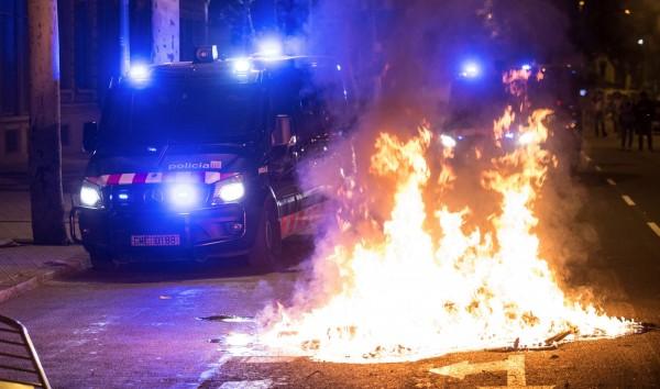 現場民眾甚至縱火抗議。(歐新社)