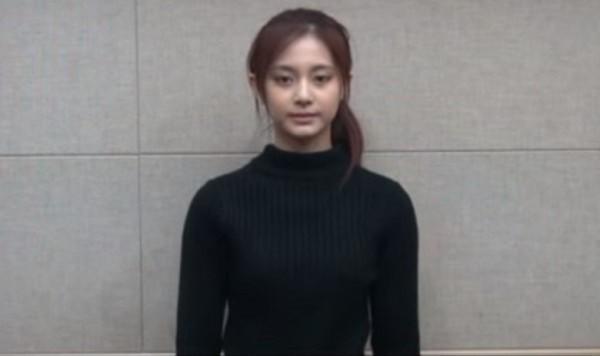 韓國大文化中心認為JYP逼迫周子瑜拍攝道歉影片,以種族歧視及違反人權為由向韓國國家人權委員進行舉發。(擷取自YouTube)