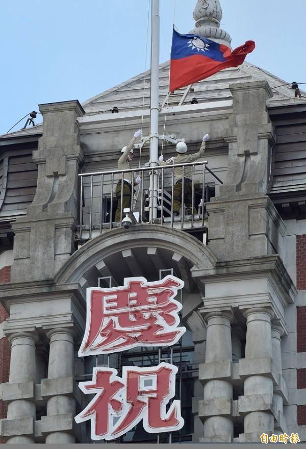 中華民國中樞暨各界慶祝一〇六年國慶大會10日舉行,總統府憲兵早上6點準時進行升旗典禮。(記者黃耀徵攝)