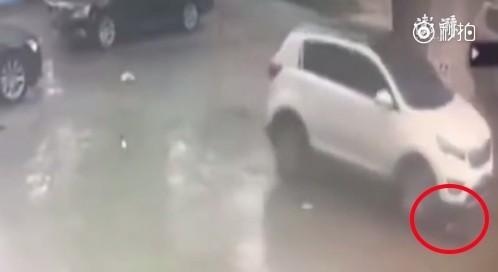中国2岁男童遭到车子辗压,过几秒后,他自行站起来,跑回家睡觉,他睡醒才跟妈妈说他被车撞。(图撷自《澎湃新闻》)