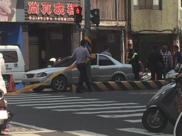 台南市警方查緝通緝犯,嫌犯開車拒捕拖行員警,警方開槍制止,嫌犯中彈身亡送醫。(記者王俊忠翻攝)