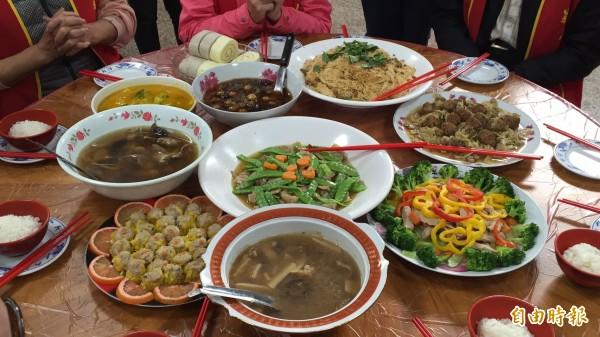 國健署長王英偉指出,年菜搭配花椰菜、青江菜等素食烹調,「可以增加飽足感」。(資料照)