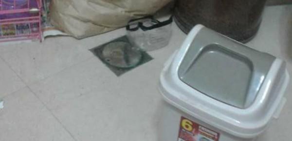 網友居住的套房內床邊竟然發現化糞池的清潔口。(圖擷取自爆怨公社)