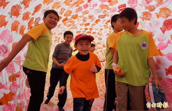 孩子們穿梭於25公尺長的鯉魚旗中玩耍。(記者林敬倫攝)