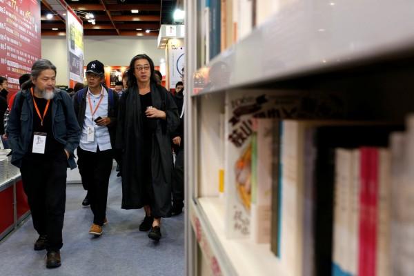 生於上海,曾移居美國與香港,現居於台灣的中國現代詩人孟浪受訪表示,台灣目前是「最適合我的地方」。圖左為孟浪,圖右為獨立中文筆會會長貝嶺。(路透)