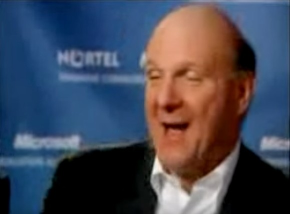 鮑默當年嘲笑iPhone的畫面。(圖取自YouTube)
