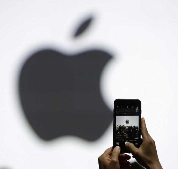 蘋果即將在美國時間12日(台灣時間13日凌晨)舉辦發表會,新iPhone售價恐高達1000美元,將考驗用戶的忠誠度。(美聯社)