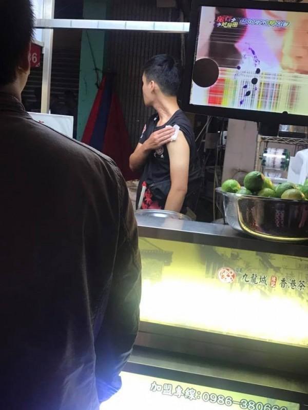一名男性路人出面協助壓制時不慎上臂遭女子砍傷。(圖擷取自爆料公社)