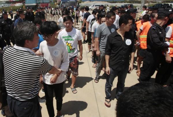菲律賓執法單位今日在一場掃蕩行動中,逮捕了153名疑似來自中國與台灣的電信詐騙嫌犯,由於該案是由菲國與中國執法單位聯手破獲,遭逮的華人嫌犯不排除會遣送到中國。圖為之前柬埔寨破獲的華人詐騙集團。(美聯社)