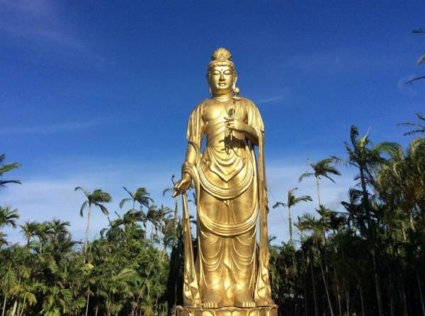 今年4月才公開亮相的「琉球金宮觀音菩薩」,高25公尺(約8層樓高)、重40噸,號稱全日本最高神像。(圖擷自東南植物樂園官網)