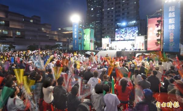 柯文哲选前之夜前半段,乐团、歌手登台演出。(记者方宾照摄)