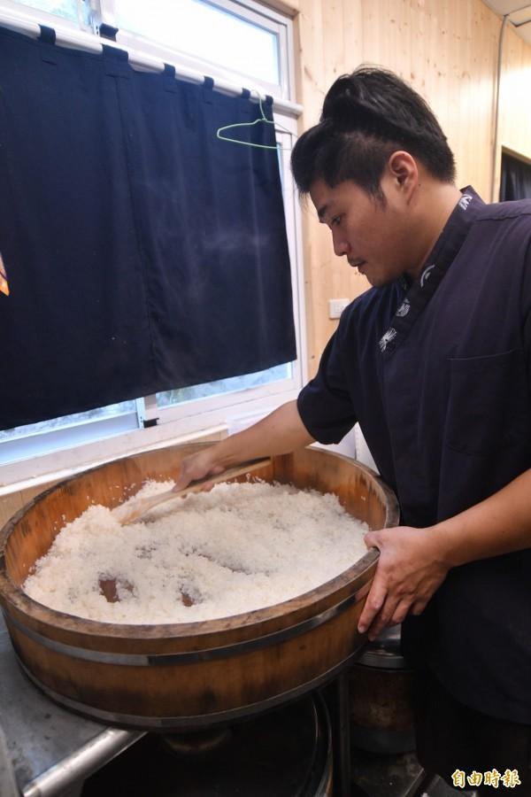 醋飯是壽司的重點。(記者蔡宗憲攝)