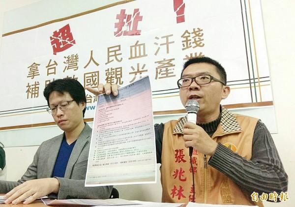 台聯今日召開記者會,台聯組織社運部主任張兆林(右)抨擊有旅行社拿政府補助款辦中國旅遊。(記者方賓照攝)