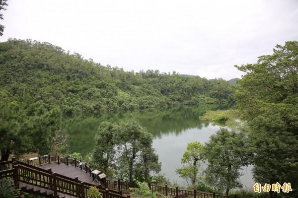 沿著太陽埤步道漫步,可欣賞倒映水中的湖光山色;也因為太陽埤從高處鳥瞰的外型像一隻大毛蟹,當地人又稱「蟳管埤」。(記者沈昱嘉攝)