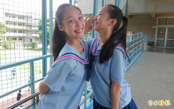 舞蹈班3年級的秦子若(左)和鍾苡辰(右)最喜歡海軍領設計。(記者劉婉君攝)
