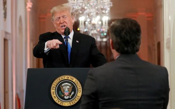 美国总统川普7日在白宫召开期中选举记者会时,与《有线电视新闻网》(CNN)记者阿科斯达(Jim Acosta)发生激烈口角冲突。(路透资料照)