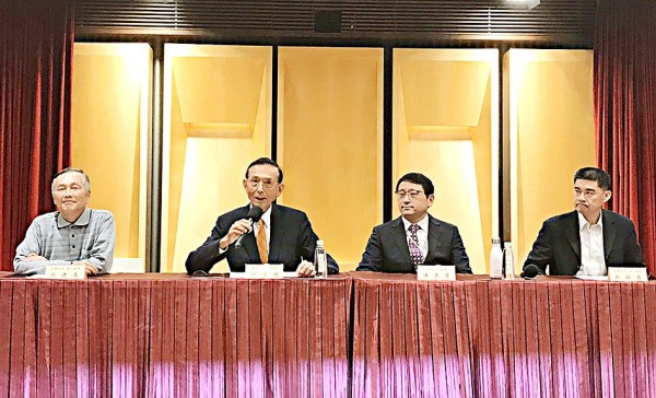 SinoPac Financial board director Paul Chiu, second left, holds an impromptu news conference in Taipei yesterday, accompanied by independent directors James Sheu, first left, Tsai Ying-yi, first right, and board director Chen Chia-hsien. Photo: CNA