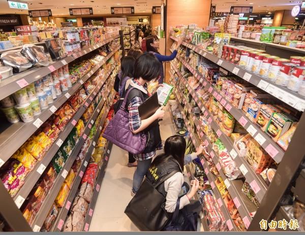 去年12月,食藥署人員到超市稽查日本核災區食品。(資料照,記者黃耀徵攝)