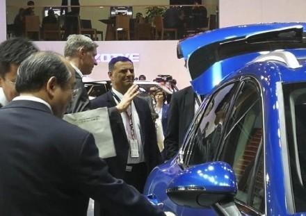 保時捷CEO布盧姆看見自家車款被山寨,表情相當複雜。(圖片擷取自網路)