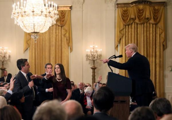 CNN白宮記者阿科斯達上週三被指控在記者會中「對年輕女性動手」,遭撤銷進出白宮的通行許可。(路透)