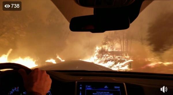 美國北加州天堂鎮的居民錄下野火發生時一家人駕車逃難的情形,畫面怵目驚心。(圖翻攝自臉書「Brynn Parrott Chatfield」)