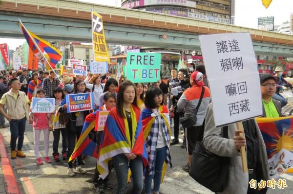 「310西藏抗暴日57週年大遊行」昨日在台北東區街頭舉行。(資料照,記者陳鈺馥攝)