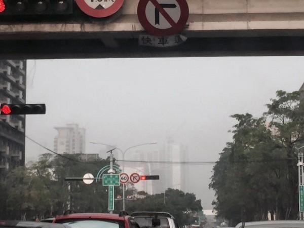 台灣生態學會理事長楊國禎,早上在臉書上po出台中市台灣大道霧茫茫的照片,並指出現在台中市的空氣汙染情形,宛如大氣毒室。(圖片取自楊國禎臉書)