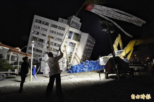 花蓮強震,葬儀社人員與法師於十日晚間到花蓮雲門翠堤大樓震災現場招魂。(記者陳志曲攝)
