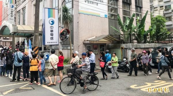 中華電信推出限時499吃到飽方案,引起各電信業者跟進、民眾排隊搶辦,NCC考慮將針對「499之亂」開罰。(資料照,記者黃耀徵攝)