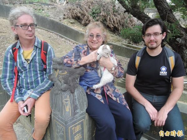 艾琳達(中)與友人一起關切台灣古墓碑保存議題。(記者翁聿煌攝)