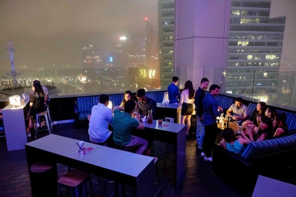 新加坡「天際線」酒吧推出比特幣跨年套裝行程,現價近1萬3000美元(約新台幣38萬5000元)。(法新社)