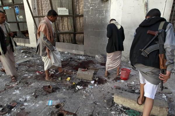 沙那當地的清真寺遭自殺式炸彈襲擊,由於當時仍有大批什葉派信徒正在寺內進行祈禱,因此多人都遭受波及。(法新社)