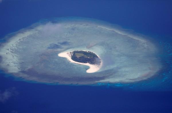 南海具有戰略和經濟價值的水道,包含台灣在內,多國在此聲稱擁有主權。圖為南沙群島的一座無人島。(路透)