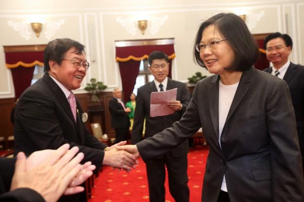 總統蔡英文(右)1日在總統府,接見「國際獅子會300A3區領導幹部」,並逐一握手致意。(中央社)