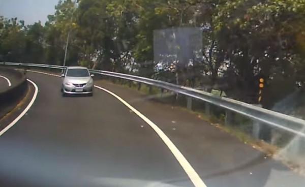 有民眾開車進入國道3號古坑服務區時,竟驚見有銀色小客車高速逆向迎面而來。(圖擷取自爆料公社)