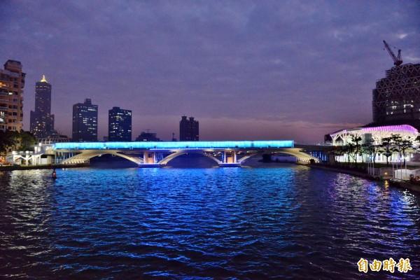 愛河舊鐵橋變身成時尚光橋,點亮了愛河與真愛碼頭間的夜色。(記者許麗娟攝)