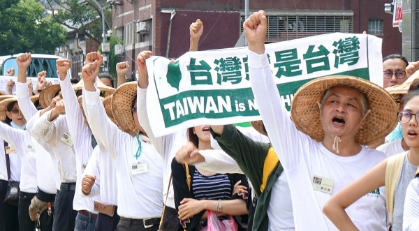 "Members of several pro-Taiwanese independence groups yesterday stage a protest in front of the Democratic Progressive Party's headquarters in Taipei, demanding that Taiwan participate in international events as ""Taiwan,"" not ""Chinese Taipei."" Photo: Liu Hsin-de, Taipei Times"