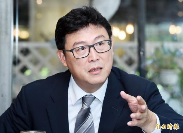 民进党台北市长参选人姚文智办公室发言人洪立齐,建议「友柯」的市议员高嘉瑜等人退党,高则在脸书上要姚文智辞立委展决心。(资料照)